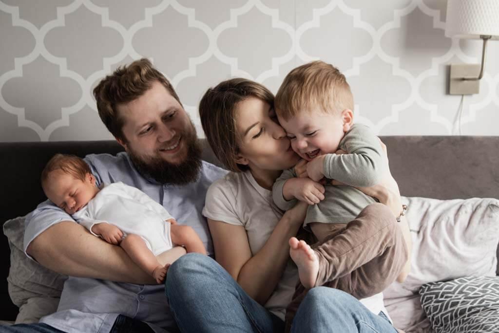 Sesja noworodkowa w domu i z całą rodziną